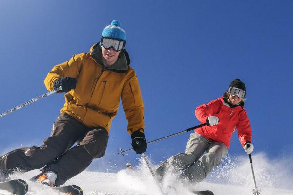 2 Skifahrer auf der Piste
