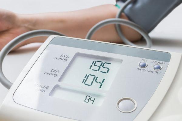 Blutdruckmessgerät mit erhöhten Werten.